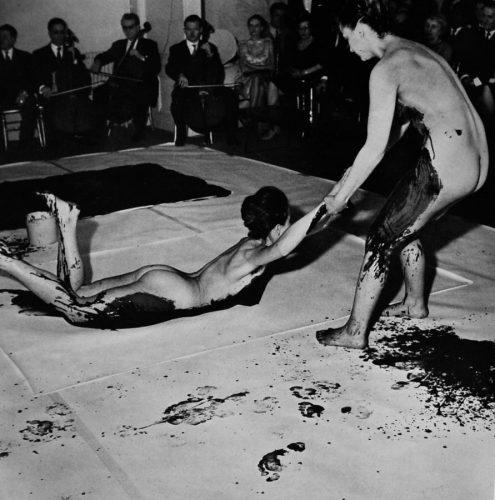 yves-klein-anthropometries-of-the-blue-period-performance-1960